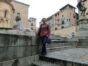 На площади святого Мартина или Plaza de las Sirenas (видимо из-за скульптур сирен) или de Juan Bravo. За моей спиной серое здание - Casa de los Tordesillas ...