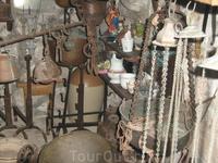Древний хлам в музее церкви Богородицы на рифе. Походит на орудия пыток инквизиции.