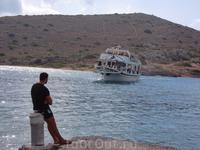 Матрос ждет кораблик, чтобы привязать его к берегу