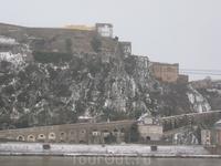 Вид на старую крепость на противоположном берегу.