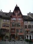 Фасады всех домов в старом городе расписаны на различные сюжеты.
