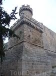 За крепостью находится старый город. Он состоит из двух частей: Коллакио и Хора. Жители и городской транспорт попадают через 11 средневековых ворот.