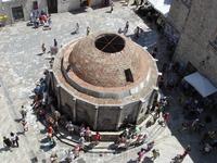 Дубровник, вид с крепостной стены на Большой Фонтан Онофрио