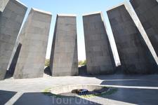 Цицернакаберд, памятник жертвам геноцида армян  Как музей, так и мемориальный памятник и весь парк, был построен в память о полутора миллионов невинных ...