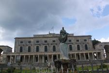 Дворец Святых Михаила и Георгия. В нем находится музей азиатского искусства