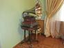 Гостиная. Столик с граммофоном. В гостиной находится еще большой белый рояль.