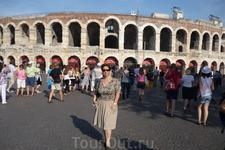 """Верона.  Античный римский амфитеатр Арена ди Верона("""" арена """"в переводе с латинского """"песок"""")  занимает  третье  место  в Италии среди  сохранившихся  ..."""