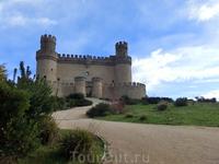 Красавец-замок возвышается над городом и является самым привлекательным объектом для туристов в этом городке. Этот замок называют замком Мендоза, развалины старого замка недалеко, также недалеко от эт