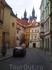 Башни церкви Девы Марии (Прага). На переднем плане желтый домик - отель Tynska (старое название - Пражский дворечек).