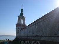 Стена монастыря и вид на озеро