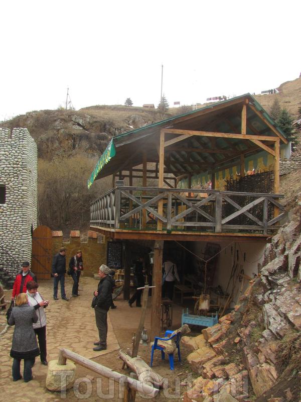 На берегу, возле Большого водопада расположен небольшой этнографический музей.