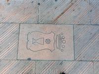 Плитка у входа в парк тоже изображает герб города. Герб Куэнки содержит в себе символ королевской короны, звезды, как напоминание о явлении Девы королю ...