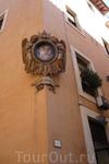 Рим.По дороге к фонтану Треви на одной из узких улочек на стыке увидела эту икону.