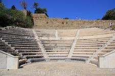 На первый взгляд кажется, что это амфитеатр, но нет. Это место, где учились ораторскому мастерству, в том числе Цезарь