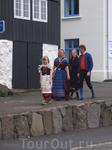 Однако первое, что бросилось в глаза и приятно удивило на улицах острова, это люди в нарядных национальных костюмах!