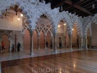 Торцевая сторона северного портика с тройным проходом в Золотой салон. В самом торце находится дверь, ведущая в маленькую дворцовую мечеть, куда мы и пошли ...