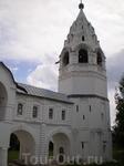 С Покровским собором соединяется галереей шатровая колокольня – первоначально столпообразная церковь Происхождения честных древ креста – с главкой. Шатёр ...