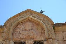 Скульптура над верхним окном – уникальное создание образа Бога Отца, Адама, Христа и библейских фигур. Центральная фигура выполнена в стиле глубокой резьбы ...
