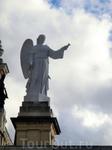 Но в крипте неороманского стиля сегодня можно увидеть статую девы, чьё создание датируется не I, а XVI в. И официально считается, что с этого века она стала покровительницей Мадрида. С этого же века к