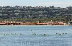 Парусные лодки и байдарки щеголяют вдоль берега. Парусный спорт очень популярен, это одно из любимых хобби многих жителей города.