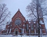 Внутри церковь украшают витражи и окна-розетки, колонны и резьба по дереву. Алтарный образ был написан Пеккой Халоненом. Церковный орган, изготовленный ...