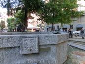 На небольшой площади San Angelo возле одноименной церкви установлен фонтан-памятник святому Франциску Асизскому, покровителю Италии. Фонтан был создан ...