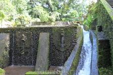 Бали.Святая река при храме.