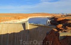 Водохранилище Пауэлл было создано в 1956 году по решению Конгресса США. Образовавшийся бассейн был назван по имени исследователя Джона Уэсли Пауэлла, американского ветерана Гражданской войны, который