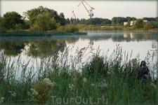 """Утро. Озеро Спасское. Видны краны """"Судоверфи""""."""