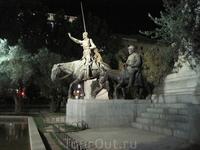 Фигуры  Дон-Кихота и Санчо-панцы у памятника Сервантесу
