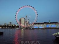London Eye вечером подсвечивается и красиво отражается в водах Темзы. Дальше мы пошли по набережной по направлению к Тауэрскому мосту.