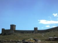 Генуэзская крепость в Судаке. Поднимаясь к Консульскому замку, вспоминаешь времена, когда слова «гламур» еще не знали, мужчина оценивался по количеству ...