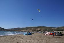 Шквальный ветер на Прасониси привлекают себя многочисленный фанатов кайтинга. Здесь не нужно ждать у моря погоды)