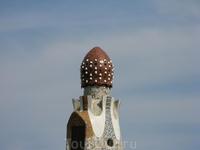 """Другая башня - это """"гриб"""" с перевернутыми кофейными чашками пряничного домика в парке Гуэль"""