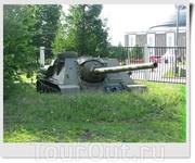 100 мм противотанковая самоходная установка СУ-100 (СССР) в окопе.