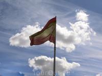 В 2001 году на площади Колумба установили самый большой в мире флаг Испании (14х21 метр) на флагштоке высотой 50 метров. Дорогое удовольствие стоило 378,000€, в январе 2016 его заменили новым стоимост