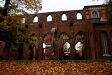Полуразрушенная церковь. Очень красивое место. Вокруг большой парк (когда мы там гуляли - были единственными посетителями), всё покрыто жёлтыми листьями ...