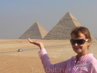 У Великих пирамид