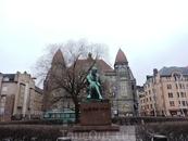 Рядом небольшой сквер и красивые старинные здания и памятники