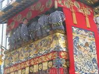 Декорируют колесницы самыми лучшими тканями – гобеленами, шелками, парчой, многие ткани привозят из соседних стран – Индии, Китая, Ирана и Кореи