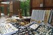 На выходе с любого маршрута продаются сувениры- любые изделия из янтаря : бусы , колечки , брошки , магнитики , зверюшки всякие .На прилавке мы увидели ...