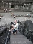 Спуск с одной из башен Ангкора