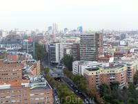 Итак, что видно с этой обзорной площадки. На горизонте - здания бизнес центров Cuatro Torres, которые находятся в районе Кастельяна.