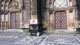 Перед Собором Св. Петра и Павла в Вышеграде. Мостовая как ковер