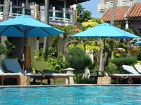 Отель небольшой на 80 человек. Хорош тем,что пляж рядом с бассейном и морем.