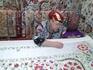 """Узбекская дама вышивает в одной из сувенирных лавок Самарканда по специальной технологии под дамским именем  """"сюзанэ""""."""