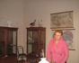 Наша экскурсовод в классе. В музее воссоздана обстановка классов, которая была при Тенишевой. В этом кадре я сняла ее на фоне географических карт и шкафа ...