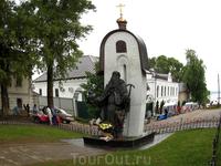 А второй памятник - Макарию Калязинскому. Памятник сооружен на деньги горожан в память о разрушенном монастыре