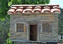 Одна из скульптур-домиков в Алвару.