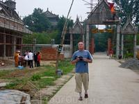 переход на территорию нового индуистского храма